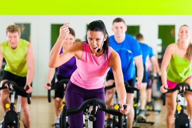Indoor fahrradfahren im fitnessstudio
