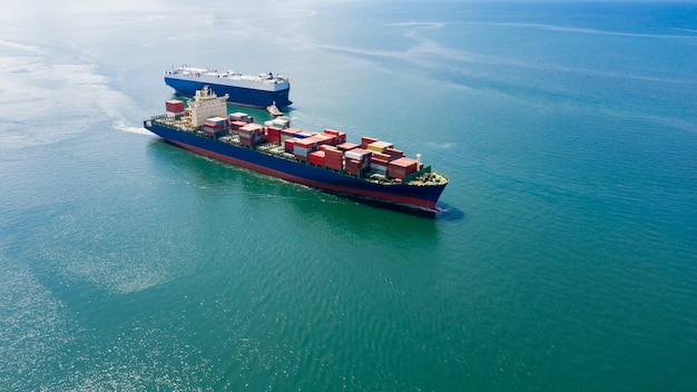 Industrie business logistik frachtcontainer schiff am meer. luftaufnahme