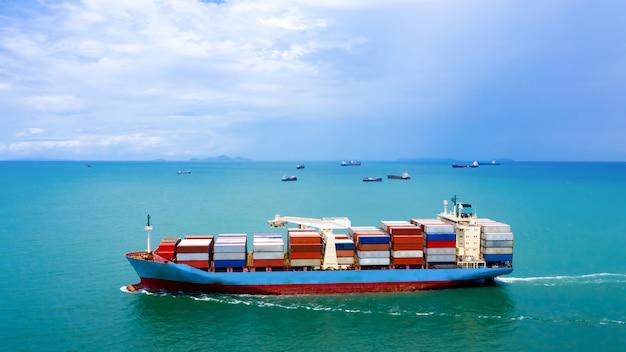 Industrie business logistik frachtcontainer schiff am meer, luftaufnahme