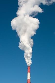 Industrie, ökologie und umweltschutz. rauch aus dem schornstein der industrieanlage.