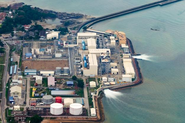 Industrieanlage, die meerwasser nutzt und es zurückgibt. nutzung natürlicher ressourcen, wasserverschmutzung. Premium Fotos