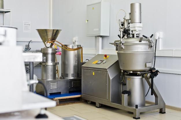 Industrieanlagen für die herstellung von lebensmitteln, mixer von flüssigkeiten in edelstahl. großer shaker