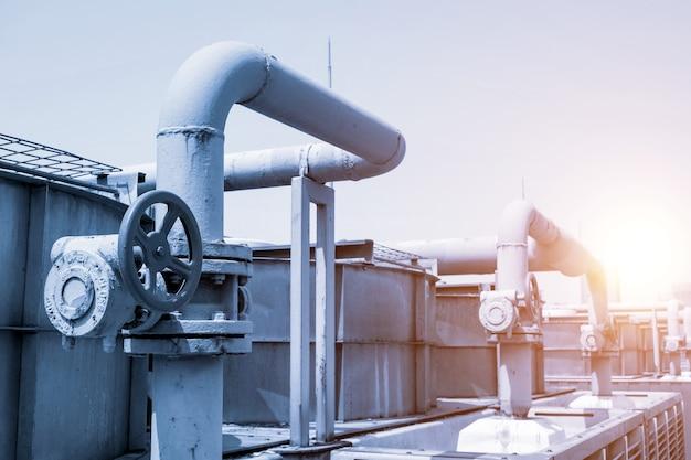 Industrieanlagen, rohrleitungen und ventile mit sonnenlicht