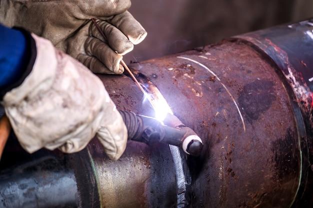 Industriearbeiter an der fabrik, die nahaufnahme schweißt