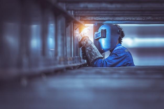 Industriearbeiter arbeiter an der fabrik schweißen stahlkonstruktion