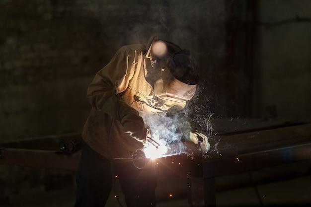 Industriearbeiter bei der fabrikschweißnahaufnahme.