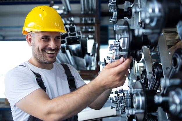 Industriearbeiter, der an der produktionslinie in der fabrik arbeitet