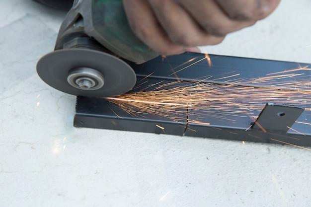 Industriearbeiter mit schleifscheibenschneidemaschine des schleifsteins