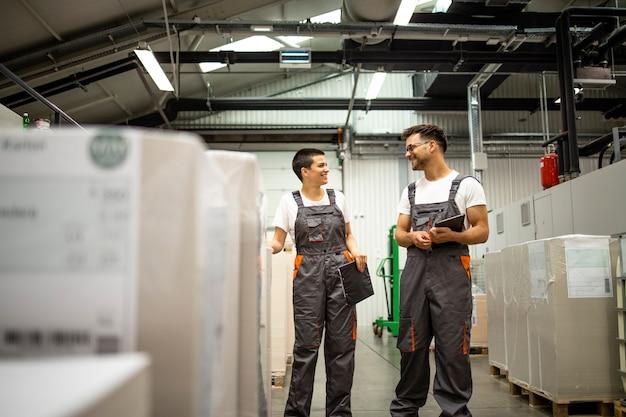 Industriearbeiter stehen in der papierfabrik.