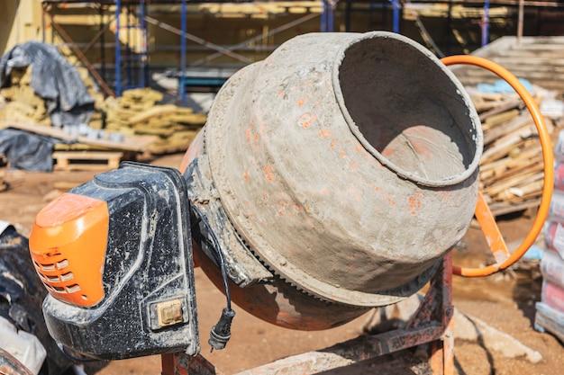 Industriebetonmischer auf einer baustelle. vorbereitung von beton und mörtel.