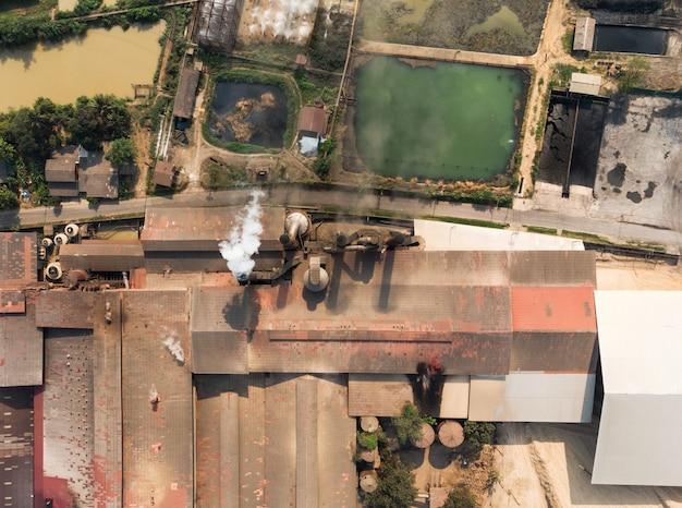 Industriefabrikherstellung mit emissionsrauch von den kaminen