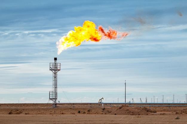 Industriegasfackel auf dem hintergrund des blauen himmels