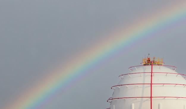 Industriegasspeicher und regenbogen