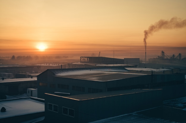 Industriegebäude bei sonnenaufgang. lagerhäuser. rauch aus dem rohr. gradient.