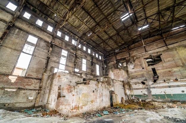 Industriegebäude in verlassener fabrik. verlassener industrieller innenraum mit hellem licht