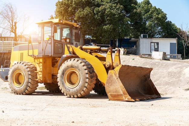 Industriegebäudebaustelle-minibulldozer, die boden während des landstraßengebäudes planiert und bewegt