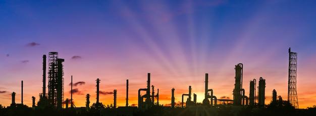Industriegebiet, raffineriefabrik und öllagertank, petrochemisches werk mit verschönerndem himmel bei sonnenuntergang