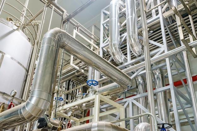 Industriegebiet, stahlrohrleitungen, ventile und leitern