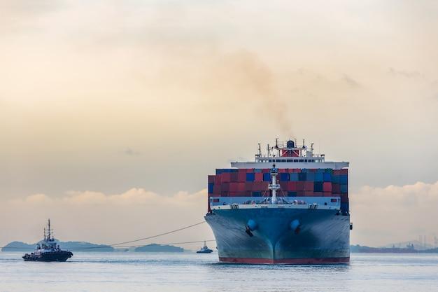 Industriehafen containerschiff