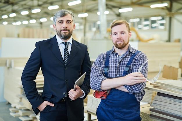 Industrieinvestor und junger ingenieur