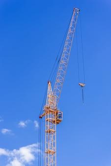 Industriekräne gegen den blauen himmel