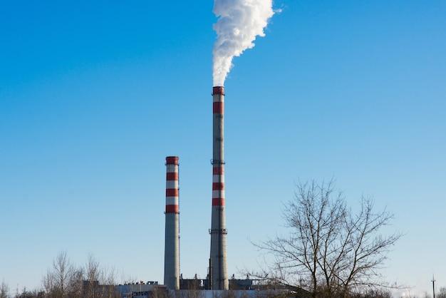 Industrielandschaft, kräne, rohre mit rauch. luftverschmutzung durch schornsteine, konzept ökologischer probleme