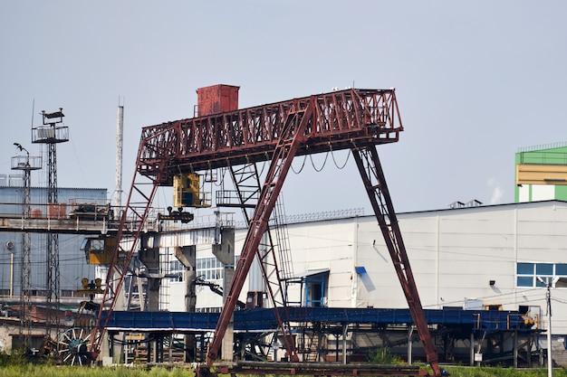 Industrielandschaft mit brücken- und portalkränen auf einem fabrikhof