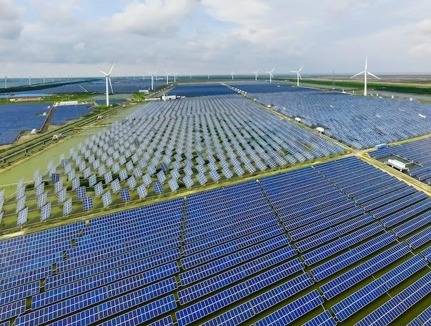 Industrielandschaft mit verschiedenen energieressourcen. nachhaltige entwicklung.