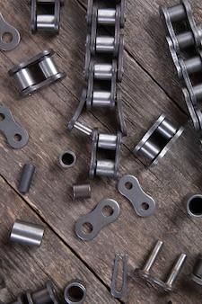Industrielle antriebsrollenkette. teil des kettenantriebs des maschinenbaumechanismus.