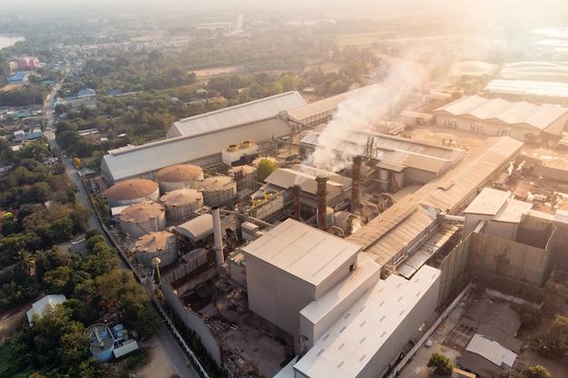 Industrielle fabrikfertigung mit emissionsrauch aus schornsteinen