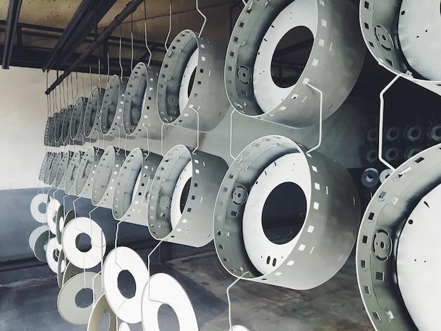 Industrielle förderstrecke in der fabrik für metallteile. vorbehandlung der oberfläche von teilen und lackteilen mit pulverlack.