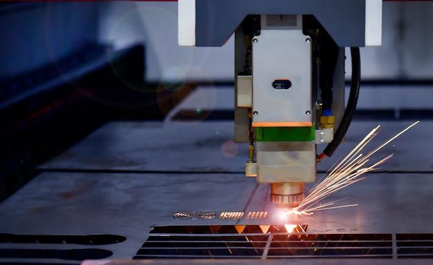 Industrielle laserschneidmaschine beim schneiden des blechs