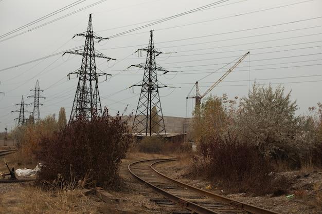 Industrielle neblige landschaft