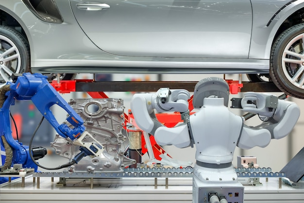 Industrielle roboter arbeiten mit autoteilen für messdaten und wartung