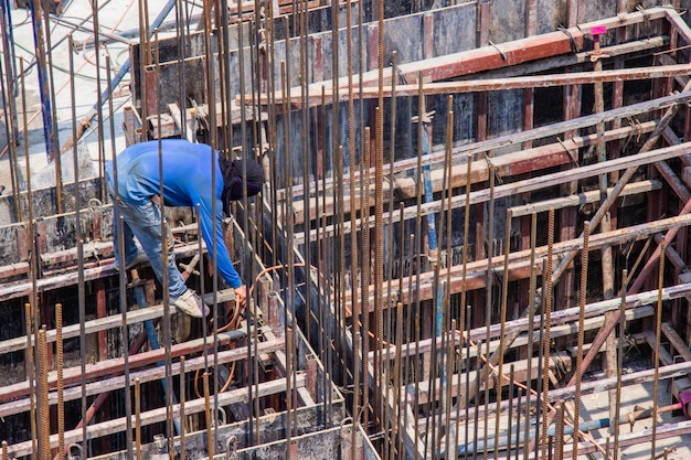 Industrielle schweißarbeitskraft für stahlarbeitsbau im bereichsgebäude.