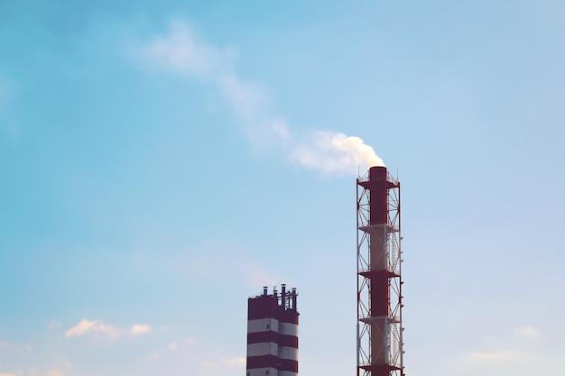 Industriellen schornstein rauchen