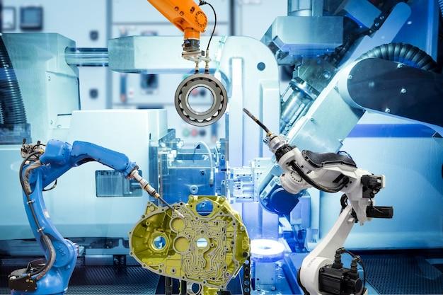 Industrieller automatisierungsroboter, der mit autoteilen auf intelligenter fabrik auf maschinenblauer farbwand arbeitet