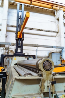 Industrieller hintergrund von den metallteilen produziert in der metallindustrie.