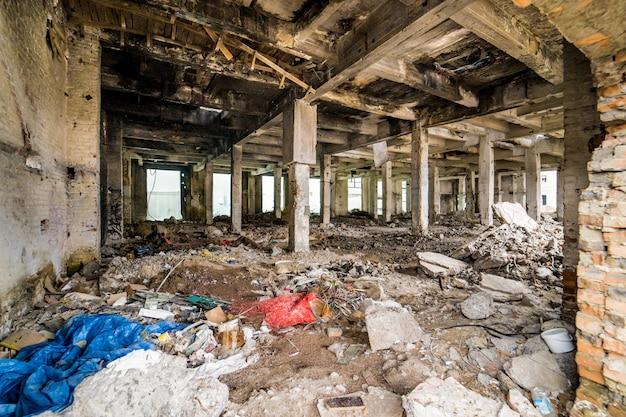 Industrieller innenraum des alten fabrikgebäudes. verlassener fabrikinnenraum und gebäude, die auf einen abbruch warten