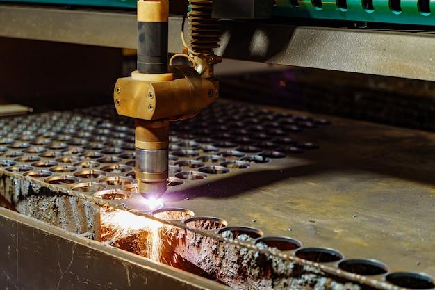 Industrieller metallbearbeitungsprozess. arbeitsprozeß der bohrmaschine auf metallfabrik