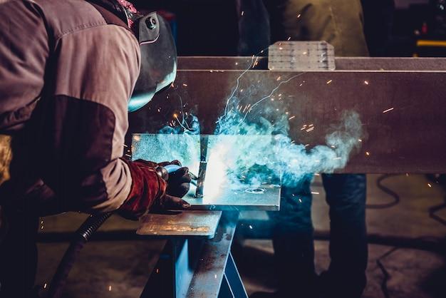Industrieller schweißer mit fackel