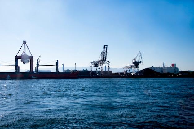 Industrieller seehafen mit containern und kränen. osaka japan.