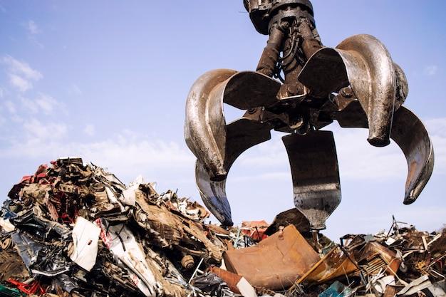 Industrielles altmetallrecycling und kranhebeteile im schrottplatz.