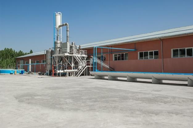 Industrielles einstöckiges gebäude mit tanks und bewässerungsgraben