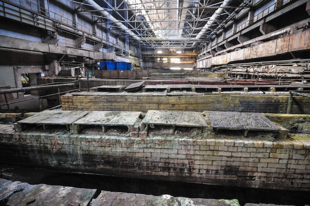 Industrielles interieur des alten fabrikgebäudes, alte rostige säurebadewanne