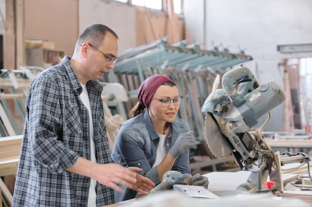 Industrielles porträt von arbeitern und frauen, möbeltischlereiproduktion.