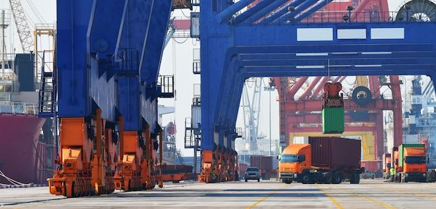 Industrielogistik und lkw-transport im containerlager für logistik- und frachtgeschäft im verschiffungshafen