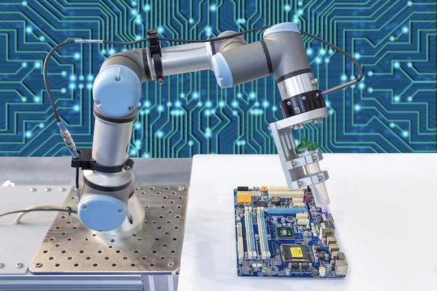 Industrieroboter, der einen computerchip installiert