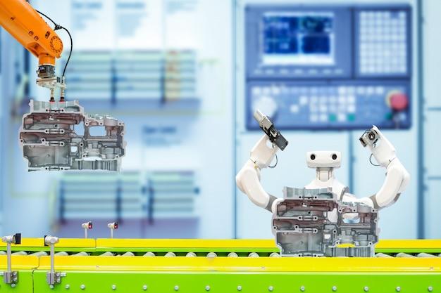 Industrieroboter, der mit autoteilen über förderband auf intelligenter fabrik arbeitet