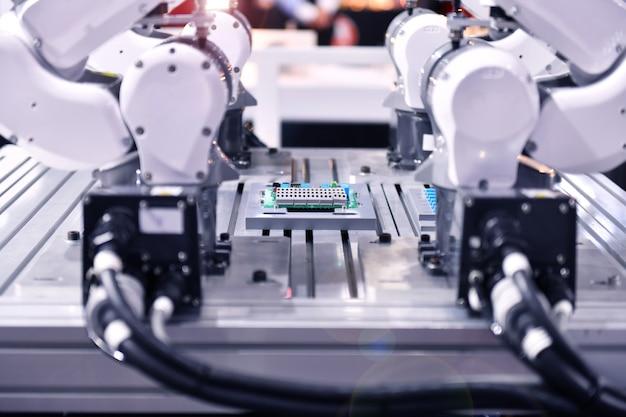 Industrieroboterarm für die produktion elektronischer leiterplatten bei industrial